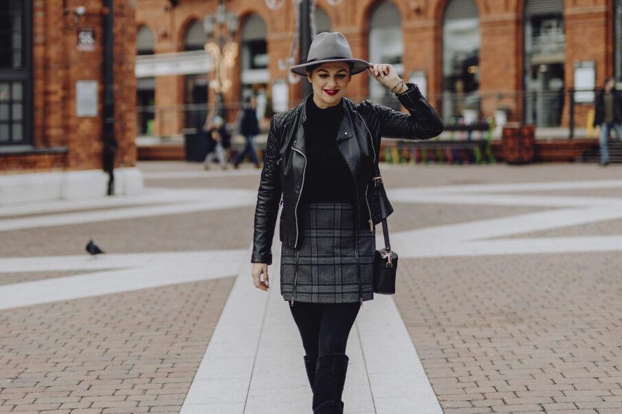 Lederjacken Damen, Frau in Lederjacke mit Ledertasche beim Shopping