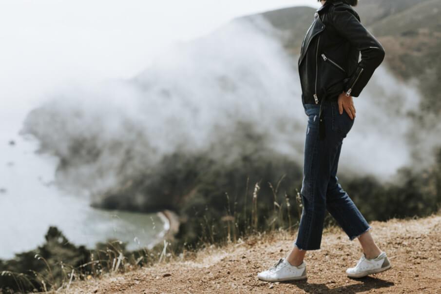 Damen Lederjacken, Frau am Strand mit Lederjacke und Leder Sneaker