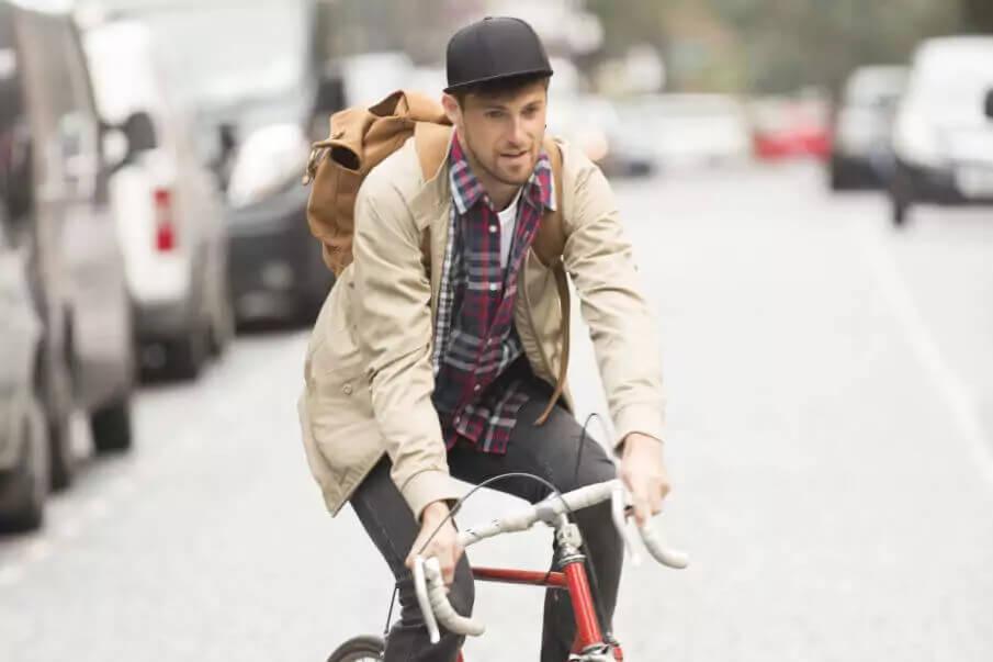 Ledermode Herren Rucksack, Mann mit Rucksack und Fahrrad