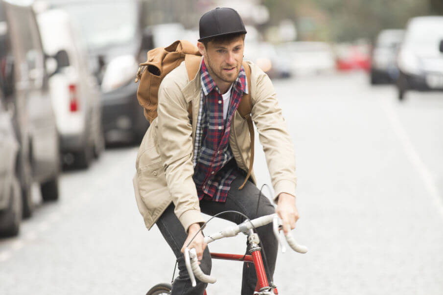 Lederrucksack Herren, Mann mit Rucksack auf Fahrrad
