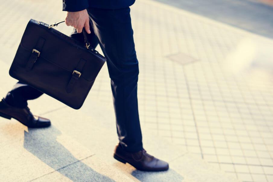 Ledertaschen Herren, Mann mit Aktentasche