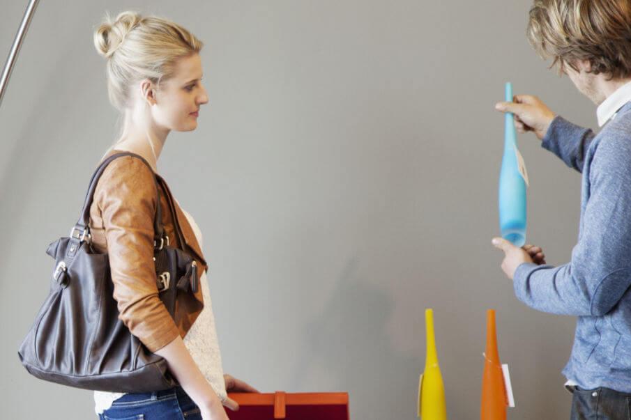 Umhaengetaschen Leder Damen, Frau in Umhaengetasche beim Einkaufen