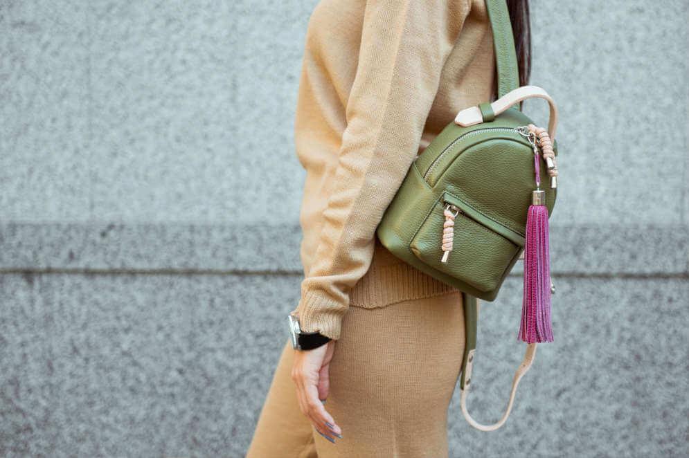 Damen Rucksack aus Leder, Frau mit Lederrucksack in Gruen, Gruener Lederrucksack