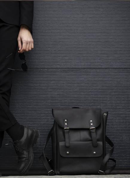 Lederrucksack Herren, Mann mit schwarzen Lederrucksack