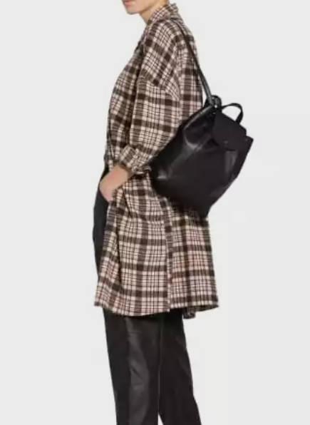 Rucksäcke Damen, Frau mit Rucksack, Lederrucksack in Schwarz