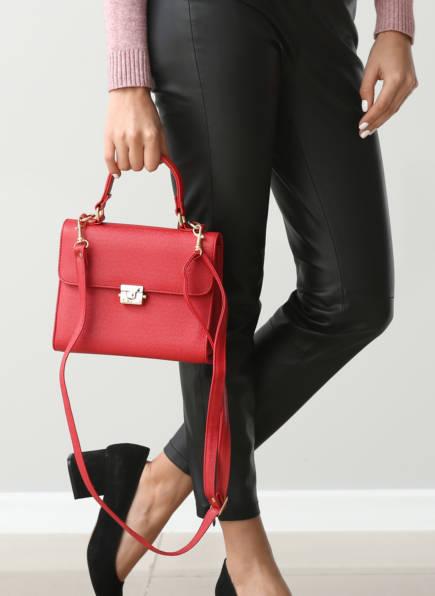Damentaschen, Ledertaschen Damen, Frau in schwarzer Lederhose mit Handtasche in Rot