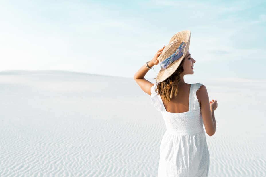 Leinenkleid Damen, Weißes Leinenkleid, Frau am Strand im Leinenkleid in Weiß