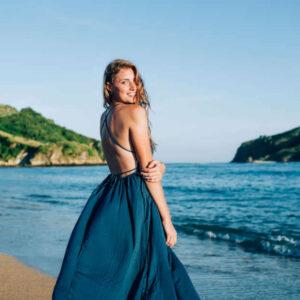 Maxikleid Damen, blaues Kleid, Frau im blauen Maxikleid am Strand