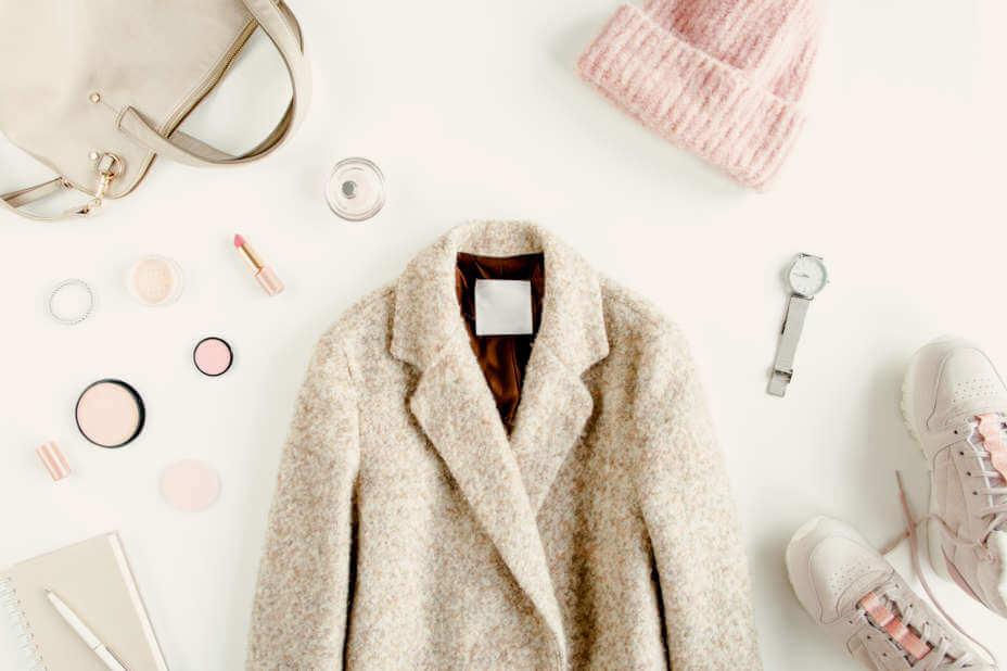Damen Mantel, Damenmäntel, Beiger Fellmantel mit Boots, Schal und Handtasche