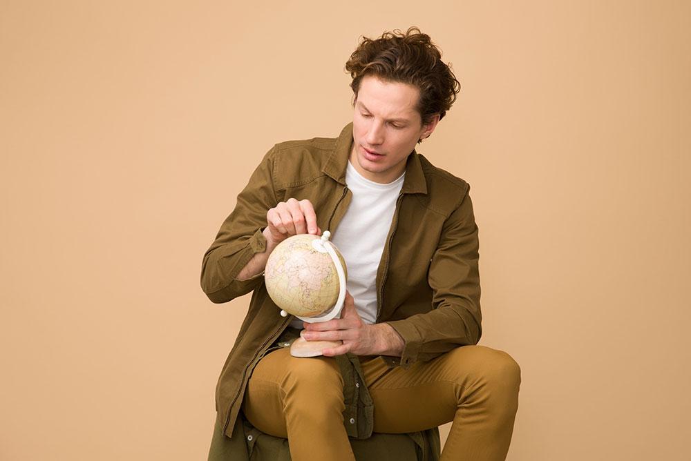 Herrenmode, Herrenbekleidung, Kleidung Mann, Mann mit braunen Hemd und brauner Hose