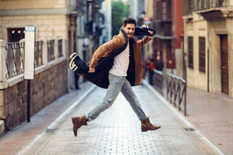 Mann in Jeans und Lederboots, Herrenjeans in Grau, Graue Slim-Fit Jeans